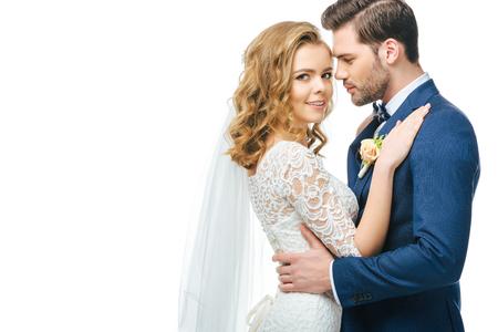 白で隔離された官能的な花嫁と新郎