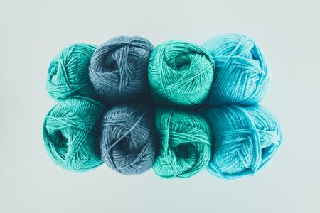 青と緑の編み糸ボール