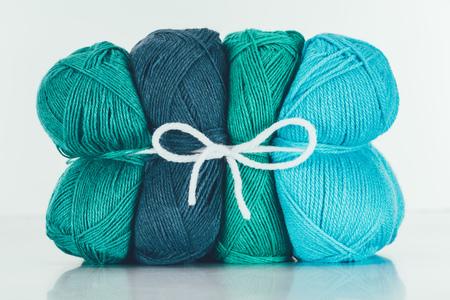 Blauwe en groene breigarenbal Stockfoto - 93601179