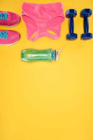 オレンジ色の背景にスポーツ用品