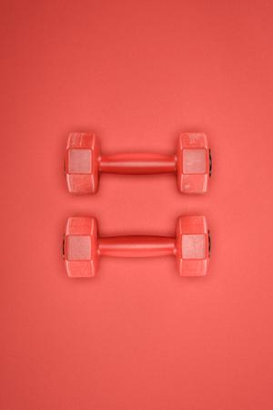 赤い背景のスポーツ用品