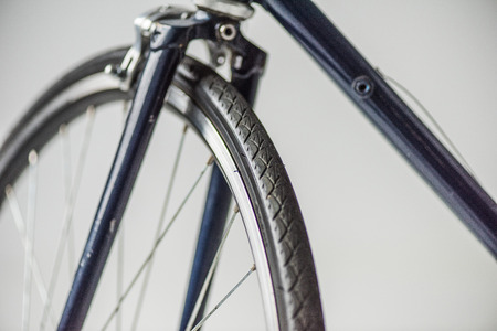 Ruota di bicicletta con cerchione e forcella Archivio Fotografico - 93684038