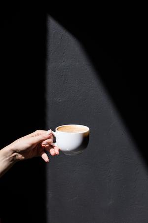 bijgesneden weergave van persoon die kopje koffie Stockfoto