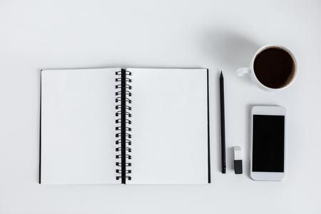 空のメモ帳、スマートフォン、コーヒーカップのトップビュー、