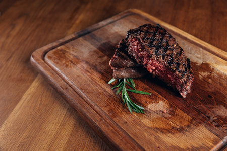 medium rare grilled steak 版權商用圖片