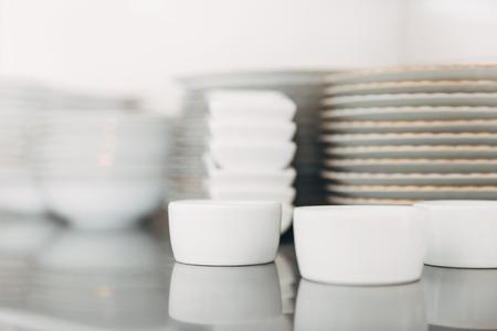 Piles de diverses propres vaisselle au restaurant Banque d'images - 93732611
