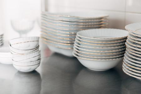 レストランで様々な積み重ねられたきれいな食器
