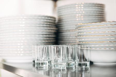 レストランできれいな食器と眼鏡を積み重ねた