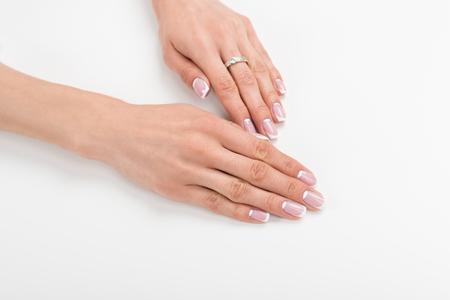 フランスのマニキュアで美しい女性の手のクローズアップビュー 写真素材 - 93946465