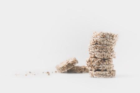 stapel gezonde rijstwafels geïsoleerd op wit Stockfoto