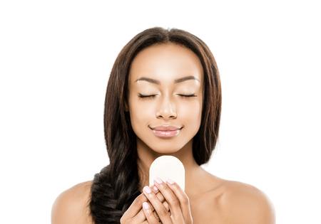 石鹸を持つアフリカ系アメリカ人女性