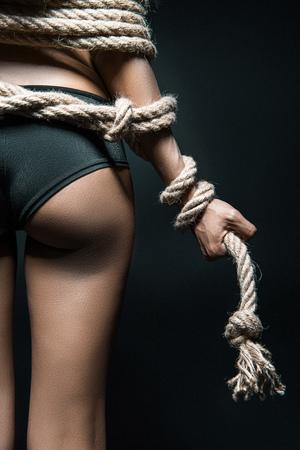ロープで縛られた女性