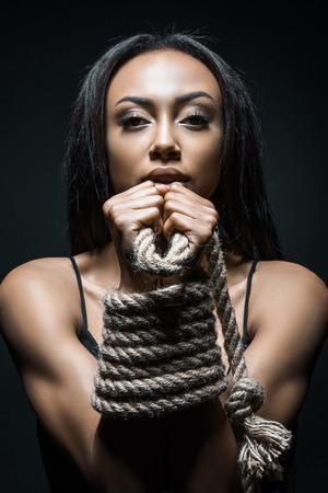 Afro-Amerikaanse vrouw gevangen met touw
