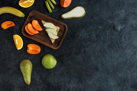 plat leggen met ingrediënten voor een gezond ontbijt op een donker tafelblad Stockfoto