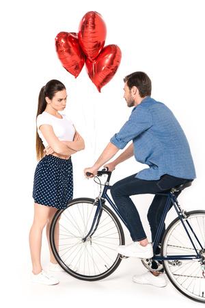 koppel met fiets en ballonnen