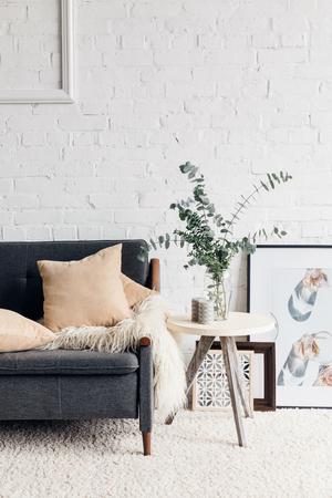 modern woonkamerinterieur met stijlvol decor Stockfoto