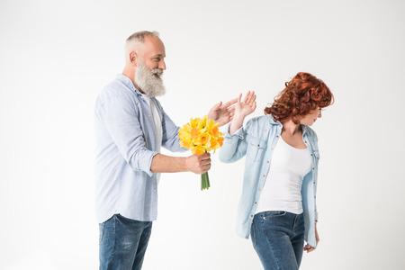 꽃다발과 불만족 아내를 가진 남자