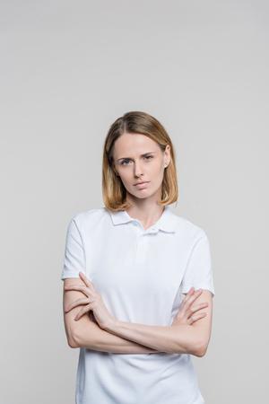 Frau mit gekreuzten Armen Standard-Bild - 94616550