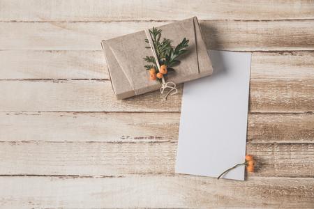 クリスマスカードとプレゼント 写真素材 - 94761080