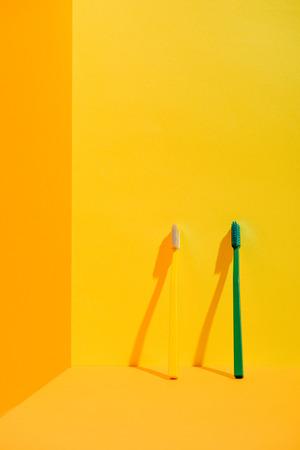 緑と黄色の歯ブラシ