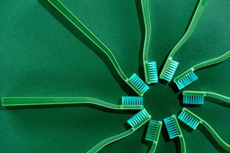 緑色の歯ブラシを使用した円組成物の上部図