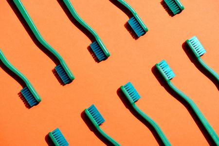 緑の歯ブラシを使用したミニマルな背景