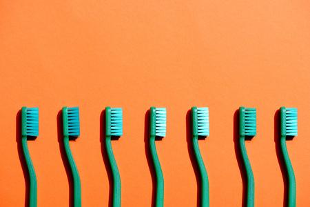 緑色の歯ブラシが並ぶ 写真素材