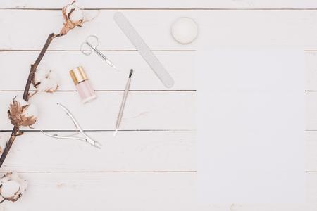 나무 테이블에 매니큐어 도구 및 백서 스톡 콘텐츠