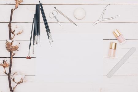 나무 테이블에 매니큐어를 적용하는 도구