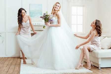 bruid met bruidsmeisjes voorbereiding voor ceremonie Stockfoto