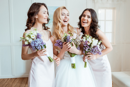 신부 들러리들과 웃고있는 신부 스톡 콘텐츠