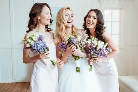 rindo noiva com damas de honra