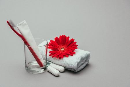 衛生用品、花とタオルは灰色に隔離 写真素材