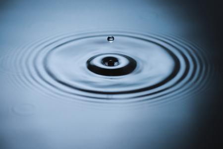 Splash sur la surface de l & # Banque d'images - 95031334