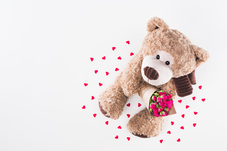 top view of teddy bear with bouquet of pink roses isolated on white Foto de archivo - 95170717