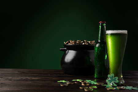 pot with golden coins and green beer on table, st patricks day concept Stok Fotoğraf - 95331150