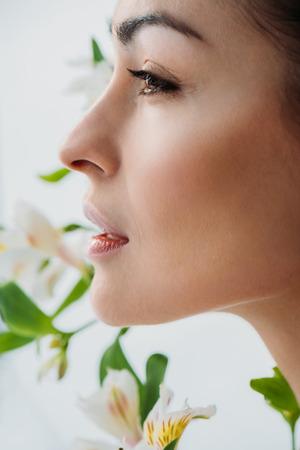 白いユリを持つ若い女性