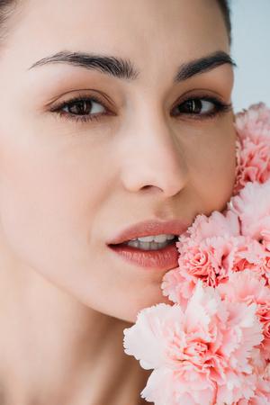 花でポーズをとる新鮮な肌を持つ女性 写真素材