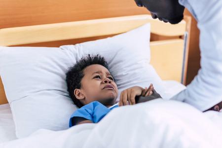 huilende Afro-Amerikaanse jongen in het ziekenhuis