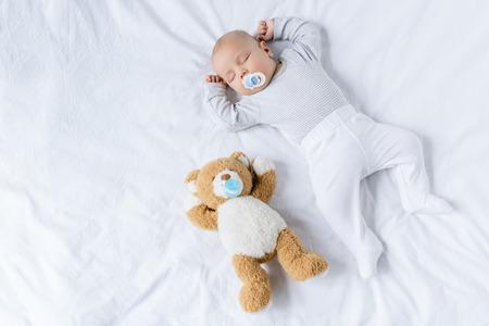 śpiące dziecko z zabawką