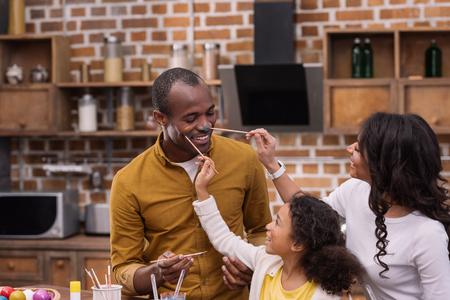afro-américaine, mère fille, fille, peinture, père, figure, à, peintures, pâques, concept