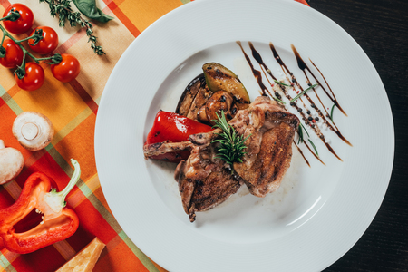 top view of grilled chicken with vegetables on plate Standard-Bild