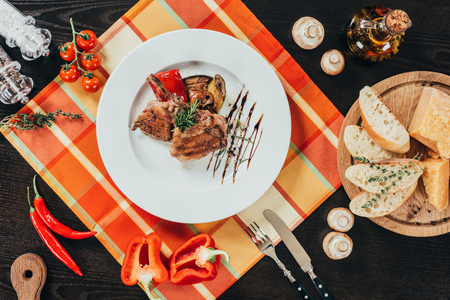top view of grilled vegetables and chicken on wooden table Standard-Bild