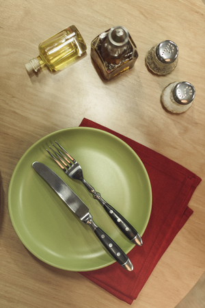 top view of arranged cutlery, napkin and spices on wooden surface Banco de Imagens