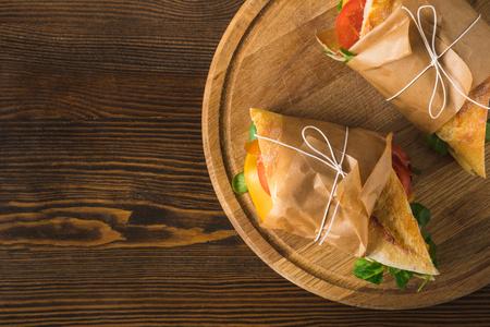Vue de dessus de deux délicieux panini sur planche à découper Banque d'images - 98683183