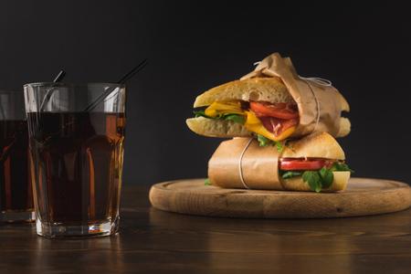 Deux sandwichs l'un sur l'autre sur planche de bois Banque d'images - 98683195