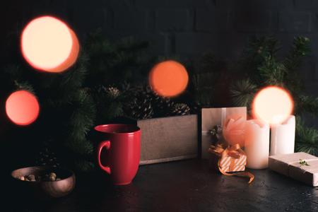 세라믹 컵, 견과류, 선물, 소나무 콘 및 가지의 뷰를 닫습니다 스톡 콘텐츠 - 98752406