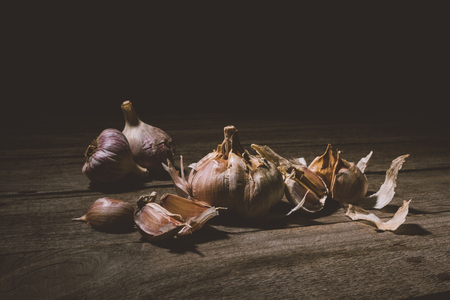 close-up view of raw healthy garlic cloves on rustic wooden table   Imagens