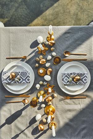 Draufsicht von Ostereiern und Kerzen auf festlichem Tisch im Restaurant Standard-Bild - 98805285