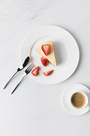 coffee cup and plate with strawberry cheesecake Foto de archivo